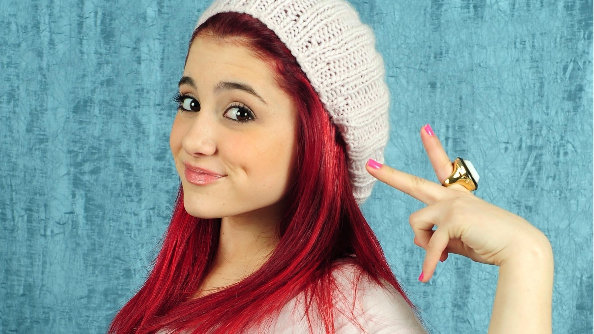 Ariana Grande Cute Pose Photos Wallpaper